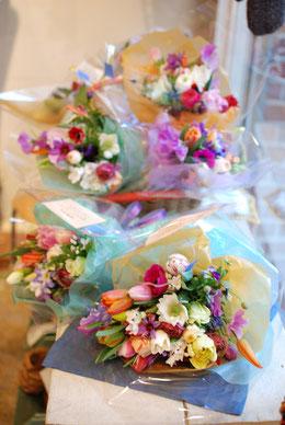 季節限定の球根花の花束。メッセージもご希望があればお付け致します。