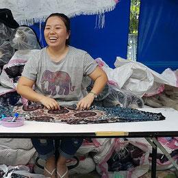 Fairtrade: Unsere Haremshosen werden von freundlichen u. zufriedenen Menschen in einem Familienbetrieb in Nordthailand hergestellt. Faire Löhne und menschenwürdige Arbeitsbedingungen sind für uns bereits seit 2006 Basis und Quelle der ganzen Geschäftsidee