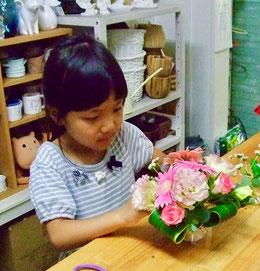練馬 桜台 ガーデニングショップ かのはの 敬老の日におじいちゃんとおばあちゃんにプレゼントするお花を制作中です 真剣です 練馬 桜台 ガーデニングショップかのはの  かのはのhana教室 生徒募集中