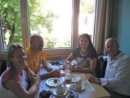 Friedhelm Krieger (Paz Peru), Romy Janson (Pfarreirat) und der CH-Botschafter in Lima mit seiner Frau am Fiesta del Corazon