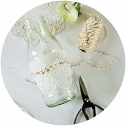 Bild: DIY Deko Ideen für die Party und die Hochzeit mit Tortenspitze - so einfach kannst Du Tischedeko, Vasen, Flaschen und Gläser mit Tortenspitze und Seidenbändern schön machen;  gefunden auf www.partystories.de
