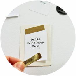 Bild: Geschenk Idee Schokolade // So einfach kannst Du Schokoriegel schön verpacken und verschenken, mit Freebie Bastelvorlage für Geschenkanhänger! (gefunden auf www.partystories.de)