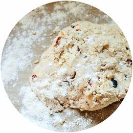 Bild: Einfaches rezept für herzhafte Scones - leckere herzhafte Scones für einen Brunch oder die Tea Party mit getrockneten Tomaten, Oliven und Schafskäse ganz einfach selber backen;  gefunden auf www.partystories.de