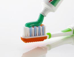 Regelmässiges Zähneputzen hilft den Mundgeruch zu bekämpfen ( © proDente e.V. )