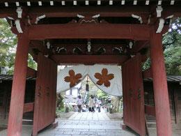 今度は調布方面のラリーポイント2か所。まずはご存じの深大寺です。参道には名物「深大寺そば」のお店などが並び、外国人観光客も多いところ。ラリーポイントの「深大寺観光案内所」は、参道の入口近くにありました。写真は、深大寺の山門です。