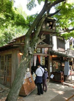 まずは鬼太郎茶屋、深大寺の参道入口にありました。茶屋の前に立つ木に妖怪が