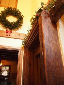 ●ドアの回りに使われている重厚な木材。英国から取り寄せたもので、応接室天井の梁にも使われています