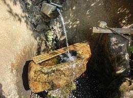 最後は「調布のやさい畑」。ここは「深大にぎわいの里」という、築地のミニ版のような市場の中にあるお店で、調布産の朝採り野菜などが並ぶ店内の一画にスタンプがありました。写真は、近くに設置されている「深の水」という井戸水が飲める場所。
