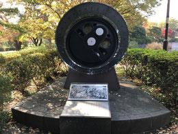 ●鉄道のモニュメント:武蔵国分寺公園は旧国鉄の中央鉄道学園の跡地に造られた都立公園。ラリーポイントの近くにある蒸気機関車の動輪でできた記念碑です