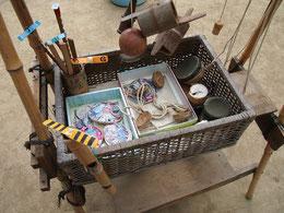かごにいろいろな遊び道具が用意されています