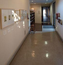 ●回廊から展示室へ。靴を脱いで入る