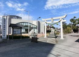 甲州街道の方から見たものです。鳥居の左手奥にあるのが展示館です。復元古墳と展示館は、少しだけ離れています。