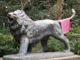●これも井の頭自然文化園の本園で見たもの。「咆哮」という彫像の尾にタオルが干されていました。