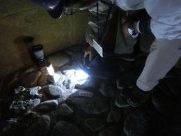 石室の中、鞘尻が発見された場所です。