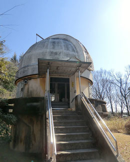 ●第一赤道儀室。キャンパス内最古の建物