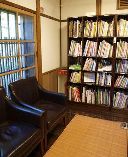 ●読書室。ゆったりとしたソファで本が読める