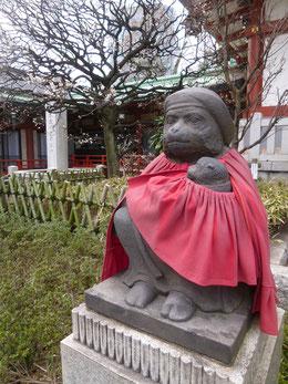 日枝神社の神様のお使いはサル。こちらは赤ちゃんを抱いたメス。夫婦円満、安産、子宝祈願の御信仰が篤いです。