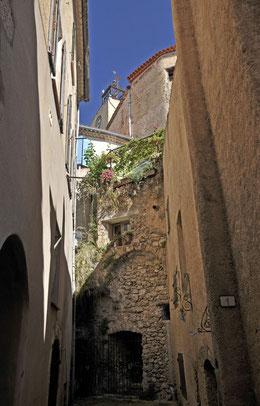 une ruelle étroite d'où l'on aperçoit le campanile