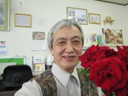 薔薇の前で満面の笑顔の出口インストラクター