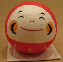 和紙の里で買った 達磨さん。いい笑顔です。絵手紙に描きます。