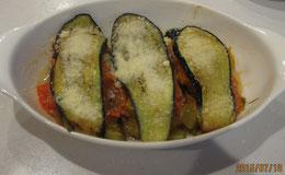 バジル風味のトマトを包んだ茄子のグラタン