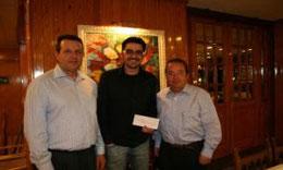 Dani hace entrega del talón Dani Flaco con los padres Juan Bergua y Manuel Jaime a Manuel Jaime y Juan Bergua.