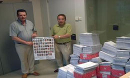 Juan Bergua y Manuel Jaime mostrando uno de los 10.000 carteles para los Ayuntamientos.