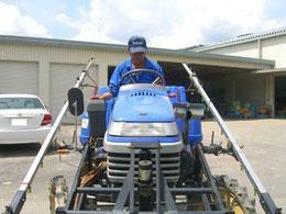 2011年8月9日 白大豆と黒大豆の成長状況です!そして防除する機械!「乗用管理機」です!