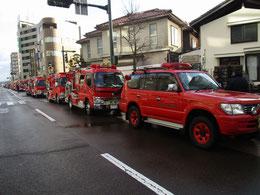 彦三町に車両が集合して、車両行進へ