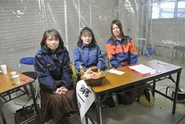 献血の受付の女性分団員