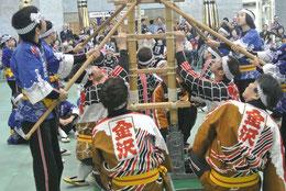 こどもはしごを支える加賀鳶衆