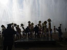 裸放水で市長と副市長に纏をもって握手