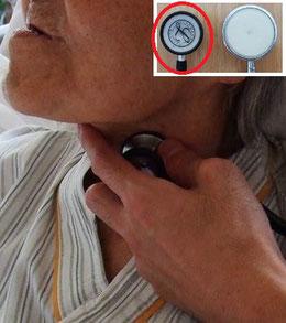 小児用聴診器で頸部聴診法を行う様子