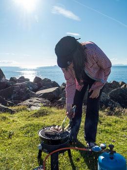 Bild: Das Mittagessen wird auf dem Grill zubereitet