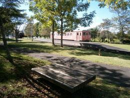 公園内 ベンチからのキハ22 239