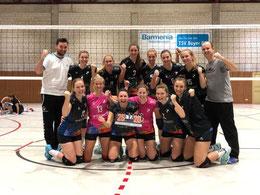 So sehen Sieger aus: DSCity Girls mit Trainerteam nach 3:1-Erfolg in Leverkusen
