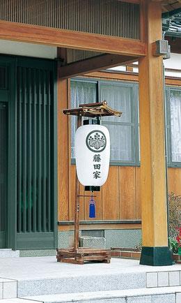 門提灯を玄関前に飾る