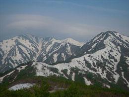 ▲真ん中から右奥に伸びる残雪たっぷりの北側斜面を小朝日岳まですすみます。軽アイゼン必須!