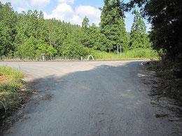 ⑥T字路になっている正面が月山方面からの大規模林道。左に曲がります(案内看板あり)