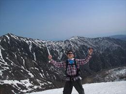 ▲4月とは思えない残雪と山の地肌のコントラストの絶景に思わずパチリ♪