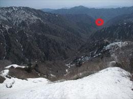 ▲わかりづらいですが、赤い丸の地点に朝日鉱泉の屋根が見えます。ようやくこちら側にこれました!