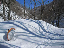 雪で埋もれるカーブミラー