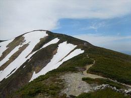 ▲残雪斜面を過ぎるともうあとは避難小屋と頂上までのフィナーレ走行です。