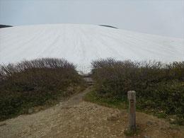 ▲銀玉水の看板前からの一面の雪斜面。まっすぐ登ります。