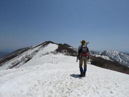 途中で少し雪渓上あるきますが、雪庇ではないため安全で爽快!