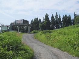 ②:スキー場のリフトの横を通ります。