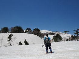 金山沢から1.5時間ほどで鳥原山の避難小屋へ。まだまだたっぷりの雪。