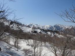 大朝日岳がはるか彼方に。