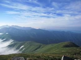 以東岳山頂より大朝日岳および縦走路を望む