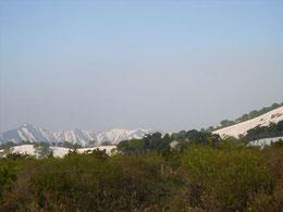 ▲登り終わると視界が開け中央右に鳥原小屋の屋根が見える。左奥には御影森山。